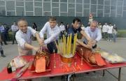 賽馬業務及營運執行總監祁立賢(右二)、練馬師鄭俊偉(左二)及馬會行政人員今天較早時間亦出席沙田馬場奧運馬房馬匹游泳池的拜神儀式。