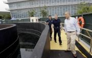 左起:練馬師鄭俊偉、馬會行政總裁應家柏及賽事執行部主管鄭奇龍,於拜神儀式後一同檢視馬匹游泳池的設施。