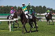 莫雷拉策四歲雄馬Satono Messiah勝出今日個人第五場頭馬後,揮手向在場馬迷致意。