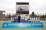 莫雷拉(前排左二)與其他參賽騎師於世界星級騎師大賽頒獎禮上合照。
