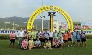 馬會賽事規管及發展執行總監夏定安、賽馬業務及營運執行總監祁立賢與騎師競跑大賽的冠、亞、季軍及一眾參賽者於頒獎禮上合照。