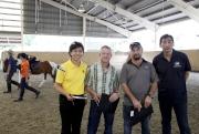 圖1, 2<br> 見習騎師學校校長陳念慈(左一)、見習騎師學校首席騎術教練高雅志(左二)與練馬師鄭俊偉(右一),在策騎測試中挑選具潛質的申請者。
