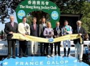 香港賽馬會主席葉錫安博士(左四)頒發獎盃予香港賽馬會拜倫錦標頭馬「新桂」的馬主、騎師以及練馬師後,與法國賽馬會主席Edouard de Rothschild (左三)、法國賽馬會副主席Jean-Pierre Colombu(左一)及國際賽馬組織聯盟主席Louis Romanet (右一)合照。