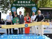 香港賽馬會主席葉錫安博士(右四)在國際賽馬組織聯盟主席Louis Romanet (右一) 及法國賽馬會副主席Jean-Pierre Colombu (左二)陪同下,頒發獎盃予香港賽馬會錦標冠軍Iron Spirit的馬主、練馬師及騎師。