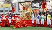 香港特別行政區政務司司長林鄭月娥女士揮動大槌,敲響巨型銅鑼,標誌著新馬季揭開序幕。