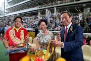 香港特別行政區政務司司長林鄭月娥女士(中)及馬會主席葉錫安博士(右)一同主持醒獅點睛儀式。