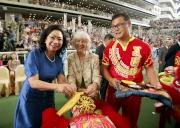 主禮嘉賓香港特別行政區行政長官夫人梁唐青儀女士(左)及葉錫安夫人(中),一同主持醒獅點睛儀式。