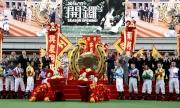 馬季開鑼儀式上,主禮嘉賓、馬會董事、行政總裁及騎師合照。