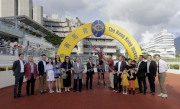 柏寶策騎「華恩庭」勝出國慶盃,馬主蔡奇光及親友在凱旋門拉頭馬祝捷。