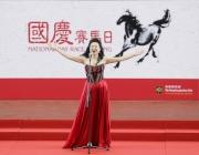 圖2, 3<br> 中央歌劇院女中音歌唱家牛莎莎在開幕禮表演,並在香港警察樂隊伴奏下領唱國歌。