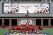 圖4,5,6,7,8<br> 天津市雜技團於開幕禮上表演《飛躍大蹬人》,扣人心弦。
