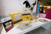 圖9,10<br>  入場人士選購以徐悲鴻作品《盡日馳》及應屆香港馬王「明月千里」及上屆國慶盃盟主「新力風」之駿馬肖像為主角, 限量發行全新的特別版紀念封。
