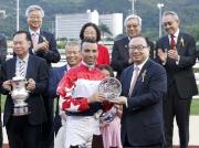 馬會董事廖長江(前排右一)於慶典盃頒獎禮上將冠軍獎盃及銀碟頒予「壯思飛」的馬主賴偉智、練馬師約翰摩亞及騎師莫雷拉。