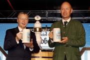 圖1、2<br> 德國駐港總領事 Nikolaus Graf Lambsdorff(右)由馬會行政總裁應家柏陪同下斟滿首杯啤酒,象徵今年快活谷啤酒節正式開始。
