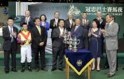 冠忠巴士集團有限公司主席黃良柏伉儷於頒獎禮上頒發冠忠巴士盃予「騰煌」的馬主郭裕華先生。