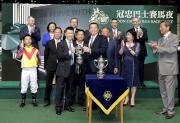 冠忠巴士集團有限公司行政總裁黃焯安先生頒發獎盃予「騰煌」的練馬師何良。