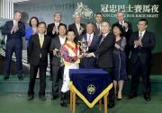 冠忠巴士集團有限公司執行董事盧文波先生頒發獎盃予「騰煌」的騎師蘇狄雄。