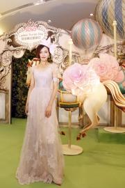 圖 9, 10<br> 亞洲紅星唐嫣擔任今年莎莎婦女銀袋日形象大使,配戴Harvy Santos設計的帽飾及分享打扮心得。