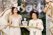 亞洲紅星唐嫣將別出心裁的旋轉木馬送贈主禮嘉賓,預祝莎莎婦女銀袋日空前成功。
