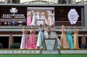 圖 1, 2, 3, 4, 5, 6<br> 著名藝人江若琳、衛詩雅及泳兒率領一眾模特兒,演繹由本地著名時裝設計師張永康設計、以蝴蝶結為主題的華麗晚裝,於沙田馬場馬匹亮相圈示範名錶時裝匯演,發放閃耀光芒。