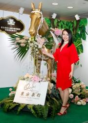 圖14,15<br>  藝人JW王灝兒及來賓盛裝出席活動,以煲呔或蝴蝶結元素打扮入場,於攝影專區拍照留念。