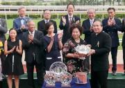 圖六、七、八<br> 馬會董事葉澍?於頒獎禮上將精英碗獎盃及銀碟頒予「幸運如意」的馬主吉祥團體的代表、練馬師呂健威及騎師柏寶。