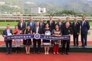 馬會主席葉錫安博士(後排右一)、眾馬會董事、行政總裁應家柏(後排左一),與精英碗頭馬「幸運如意」的馬主及騎練,於頒獎禮上合照。