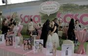 平台廣場化粧專櫃提供專業化妝指導,與女士們分享扮靚貼士。