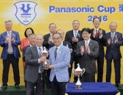 信興集團主席兼行政總裁蒙德揚(前排右)頒發獎盃予「世澤之星」的練馬師蘇偉賢。