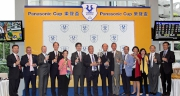 信興集團和香港賽馬會的高層,與樂聲盃冠軍「世澤之星」的馬主一同舉杯,慶祝樂聲盃完滿舉行。