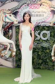 「莎莎婦女銀袋日」形象大使唐嫣以一身高貴優雅的造型與馬迷見面。