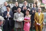 馬會遴選會員兼馬主陳景生先生的女兒陳巽華小姐在莎莎婦女銀袋頒獎儀式上頒發紀念銀碟予得勝馬匹「馬上發財」的馬主。