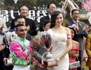 「莎莎婦女銀袋日」形象大使唐嫣在莎莎婦女銀袋頒獎儀式上,致送紀念盃予冠軍馬匹「馬上發財」的騎師田泰安。