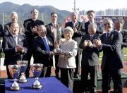 其士國際集團有限公司聯席主席周亦卿博士的夫人於頒獎禮上將獎盃頒予「勢必跑」的馬主蕭百君。