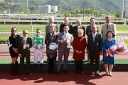 馬會主席葉錫安博士(後排右一)、眾馬會董事與「巴基之星」的馬主及騎練,於新馬錦標頒獎禮上合照。