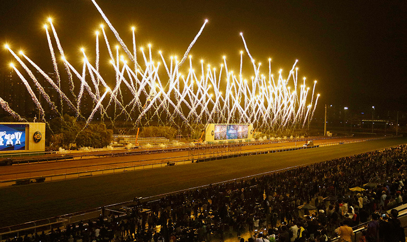 全日賽事過後,沙田馬場上空發放璀璨煙火,為浪琴表香港國際賽事畫上完美句號。