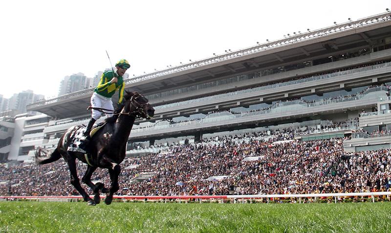 由堀宣行訓練的日本代表「里見皇冠」(4號馬),在騎師莫雷拉胯下力壓「高地之舞」(1號馬),捧走浪琴表香港瓶(國際一級賽2400米)。