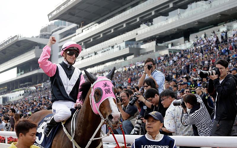 「美麗大師」在浪琴表香港一哩錦標奏凱,騎師潘頓、練馬師告東尼、馬主郭羅桂珍與郭浩泉與親友祝捷。