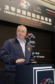 馬會賽馬業務及營運執行總監祁立賢為第三關賽事的騎師配搭主持抽籤儀式。