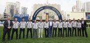 12位星級好手與馬會高層於跑馬地草地跑道上合照。