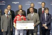 圖2<br> 馬會主席葉錫安博士(右二)頒發銀馬鞭及五十萬元獎金予浪琴表國際騎師錦標賽冠軍布文。
