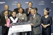 圖3<br> 馬會副主席周永健(右二)頒發銀碟及二十萬元獎金予浪琴表國際騎師錦標賽亞軍莫雅。