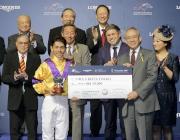 圖4, 5<br> 馬會副主席周永健頒發銀碗及五萬元獎金予浪琴表國際騎師錦標賽季軍戶崎圭太及杜滿萊。