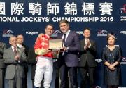 圖6<br> LONGINES副總裁暨國際市場總監Juan-Carlos Capelli(右)致送一枚LONGINES康鉑系列腕表予浪琴表國際騎師錦標賽冠軍布文。