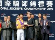 圖8, 9<br> LONGINES香港區副總裁歐陽楚英(右)致送獎牌予浪琴表國際騎師錦標賽季軍戶崎圭太及杜滿萊。