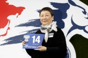 浪琴表香港一哩錦標 –馬主李福鋆夫人為「步步友」抽得第14檔。