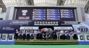 浪琴表香港一哩錦標排位抽籤完成後,主禮嘉賓與各駒的馬主、練馬師及代表合照。