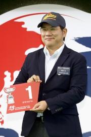 浪琴表香港盃 –日本賽駒「榮進之光」的代表為該駒抽得第1檔。