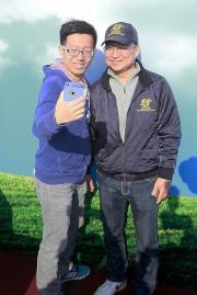 練馬師呂健威(右)跟馬迷分享「幸運如意」出戰浪琴表香港短途錦標之最新情況,並跟馬迷拍照留念。