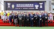 浪琴表香港國際賽事開幕儀式於馬匹亮相圈舉行。香港特別行政區行政會議召集人林煥光議員聯同馬會董事、幹事、嘉賓及各參賽騎師一起主持開幕儀式。  (第一排左起) LONGINES香港區副總裁歐陽楚英、 LONGINES副總裁暨國際市場總監Juan-Carlos Capelli、 馬會副主席周永健、 香港特別行政區行政會議非官守議員召集人林煥光議員、 馬會主席葉錫安博士、 LONGINES總裁霍凱諾、 馬會行政總裁應家柏、 斯沃琪集團(香港)董事總經理盧克勤。